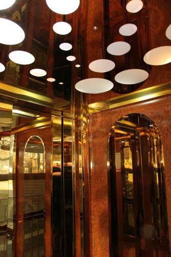 лифт в золотистой оббивке