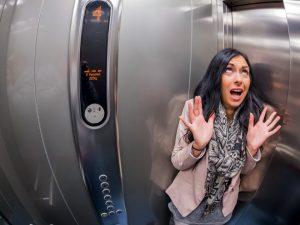застрял лифт