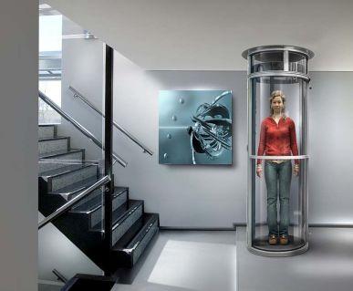 человек в домашнем лифте