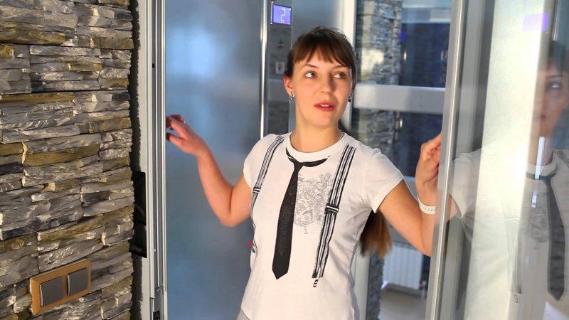 девушка в кабине лифта