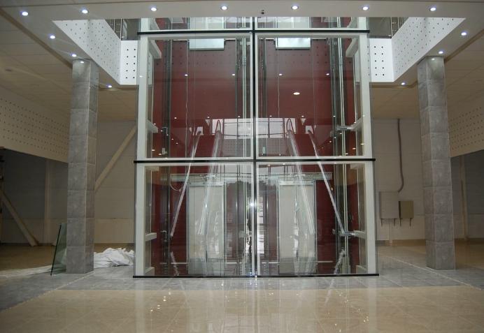 трясется лифт