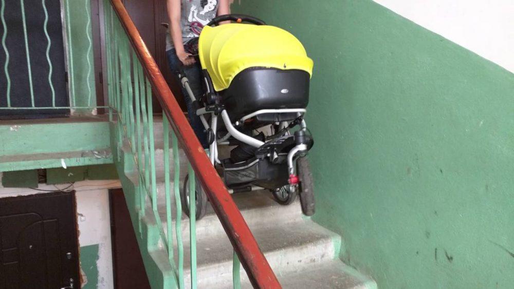 Почему в лифт нельзя с коляской?